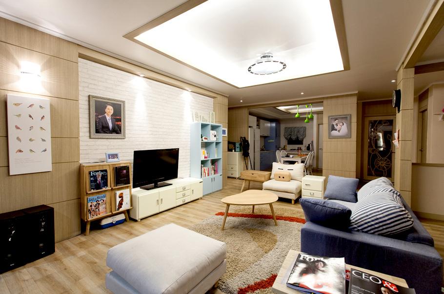 아파트 거실의 경우 앞쪽과 뒤쪽의 베란다도 항상 맑은 공기와 기운이 들어올 수 있도록 청결한 상태를 유지해야 한다.